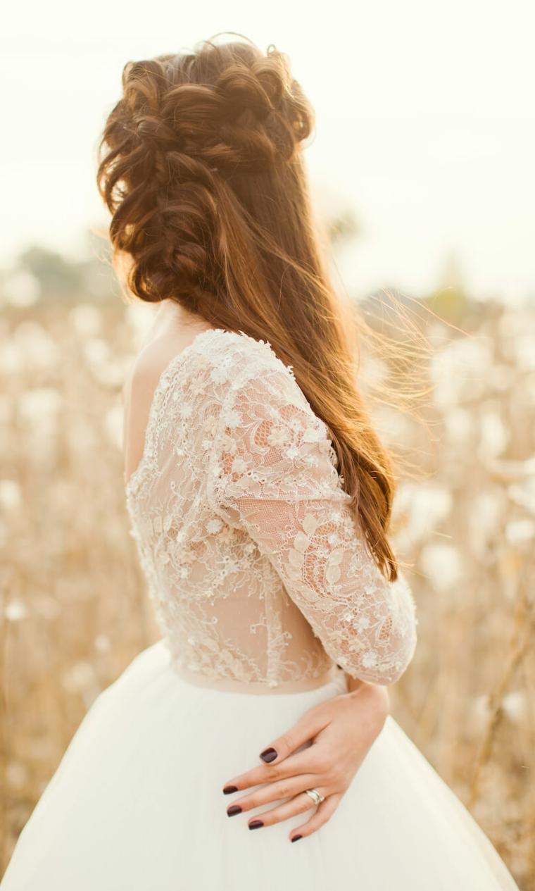 donna con capelli castano chiaro acconciatura da sposa con semiraccolto