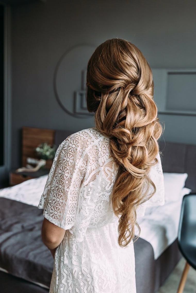 donna con capelli lunghi biondi acconciatura da sposa con semiraccolto