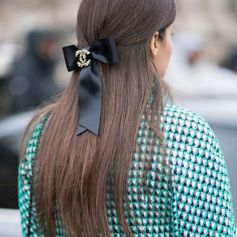 donna con capelli lunghi castani acconciatura semiraccolto con molletta chanel