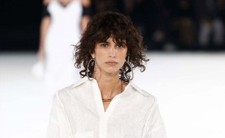 donna con taglio caschetto con frangia a tendina donna con capelli castani