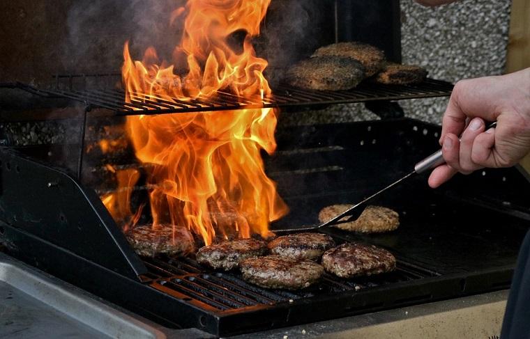 fare hamburger su griglia a carbonella barbecue in muratura