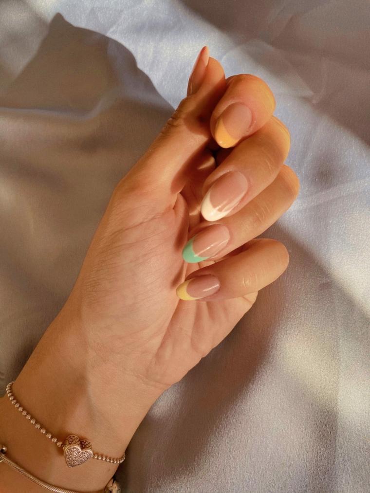 french manicure arcobaleno colori estivi unghie manicure a mandorla