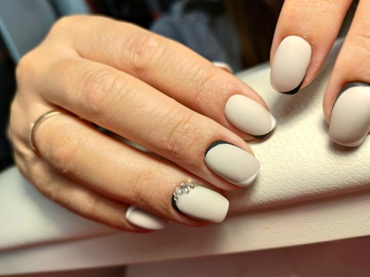 french manicure su smalto grigio unghie forma quadrata media lunghezza