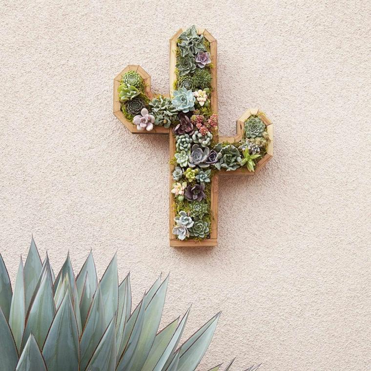 giardino verticale a forma di cactus piante grasse pendenti dal muro