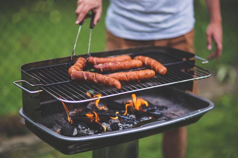griglia da giardino a carbonella uomo che cucina i wustel