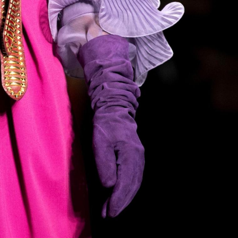guanti in velluto di alberta ferretti moda inverno 2021 abbinamento camicia manica vollant