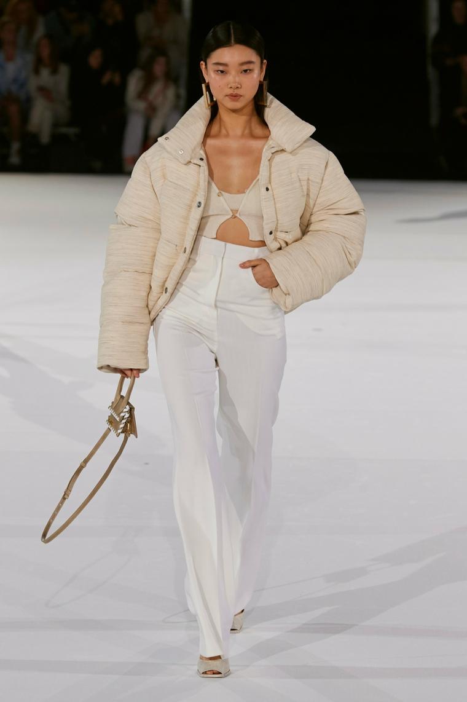 jacquemus mini borsetta giacca beige invernale imbottita pantalone bianco vita alta