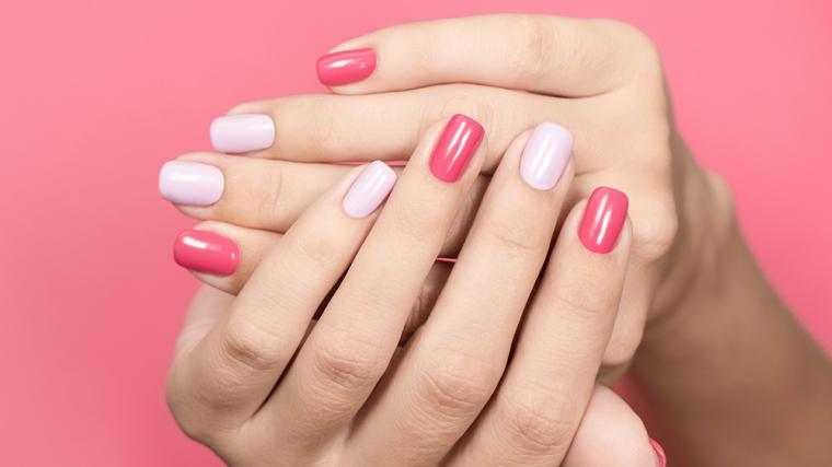 mani con unghie smalto di due colori semipermanente estate 2021