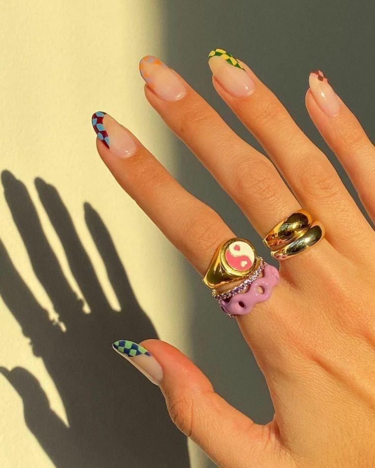 manicure a mandorla con accent nail unghie rosa pastello donna con anelli