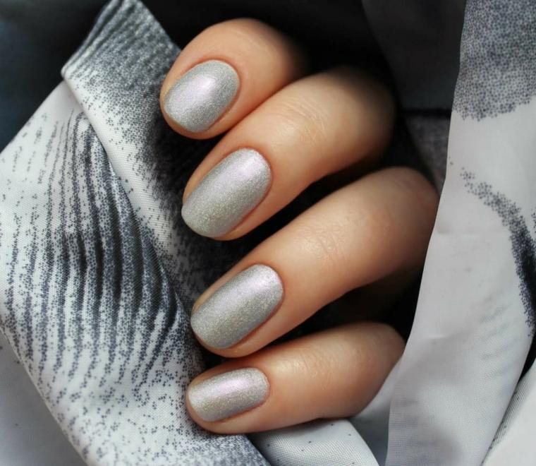 manicure donna con smalto di colore grigio unghie corte forma quadrata