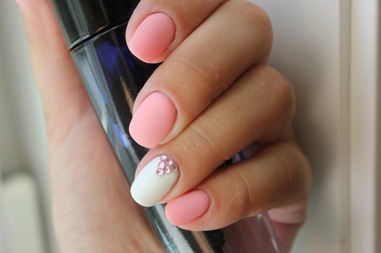 manicure unghie corte dipinte di rosa pallido accent nail smalto bianco con brillantini