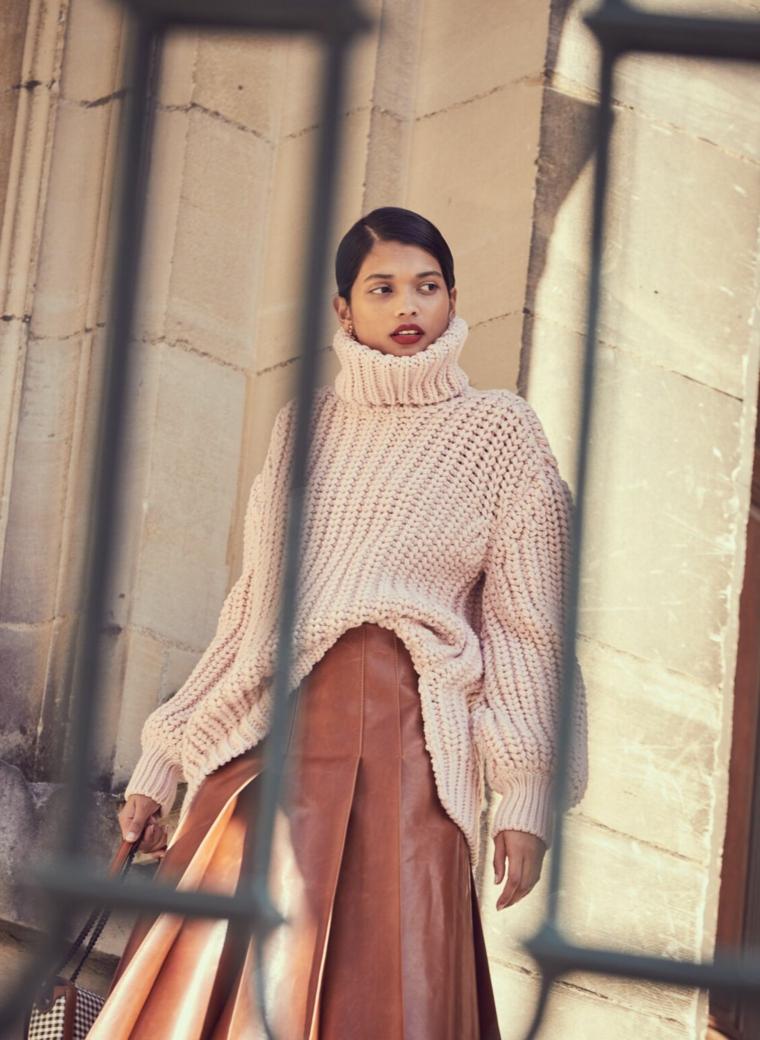 moda autunno inverno 2021 2022 donna con maglione beige gonna larga in pelle marrone