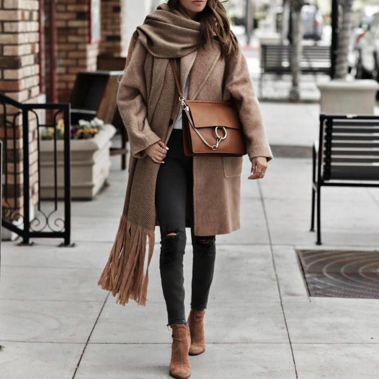moda scarpe inverno 2021 cappotto beige e borsetta marrone in pelle
