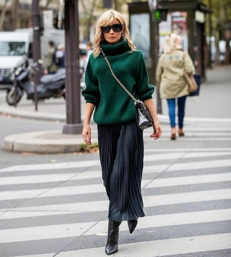 moda scarpe inverno 2021 stivaletti tacco pelle nera gonna plissettata con maglione verde