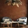 muro dipinto di marrone terra pareti colorate soggiorno arredo con poltrone e tavolino