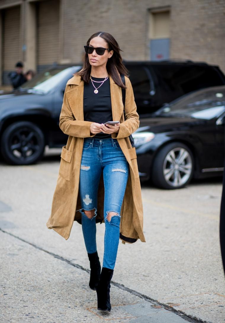 outfit autunno 2021 abbigliamento donna con jeans skinny e stivaletti tacco