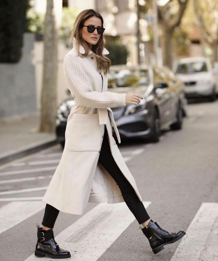 outfit autunno 2021 donna con anfibi neri cappotto color crema lungo