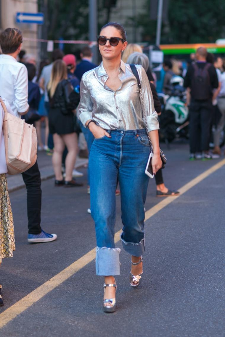 outfit autunno 2021 donna con jeans regular e camicia di colore argento