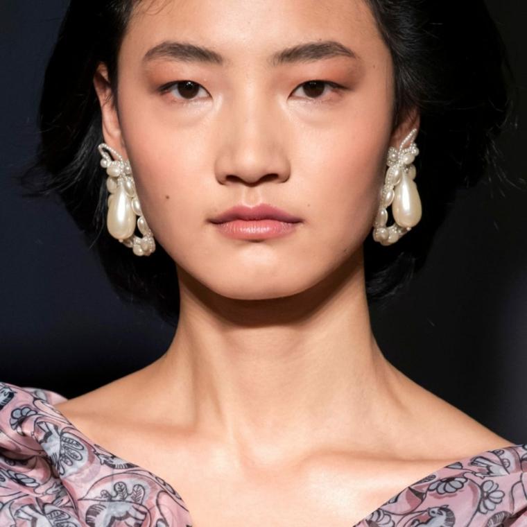 outfit autunno inverno 2021 accessori femminili recchini in perle