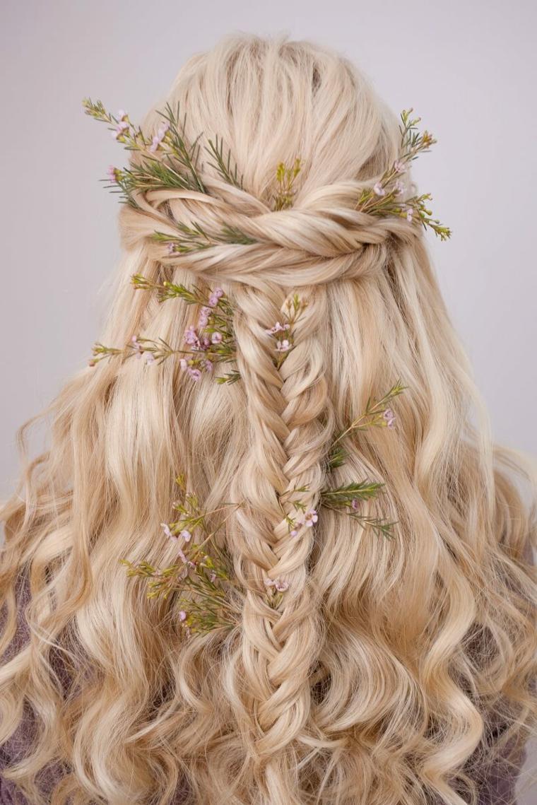 pettinatura donn capelli lunghi biondi acconciatura sposa onde morbide con treccia