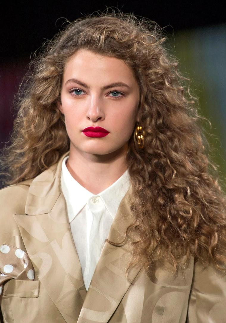 pettinatura donna retrò eleganti acconciature capelli ricci di colore biondo