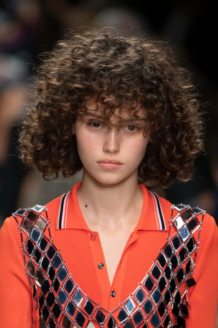 pettinature per capelli ricci donna con taglio caschetto frangia riccia