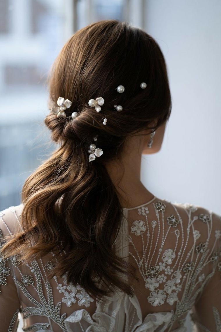 pettinature sposa capelli lunghi semiraccolto con perle bianche