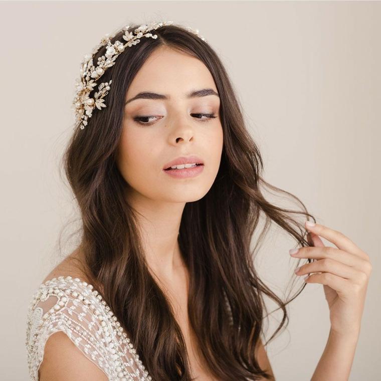 pettinature sposa con capelli lunghi sciolti acconciatura cerimonia con cerchietto floreale