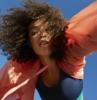 qual è il taglio migliore per i capelli ricci ragazza con acconciatura mossa