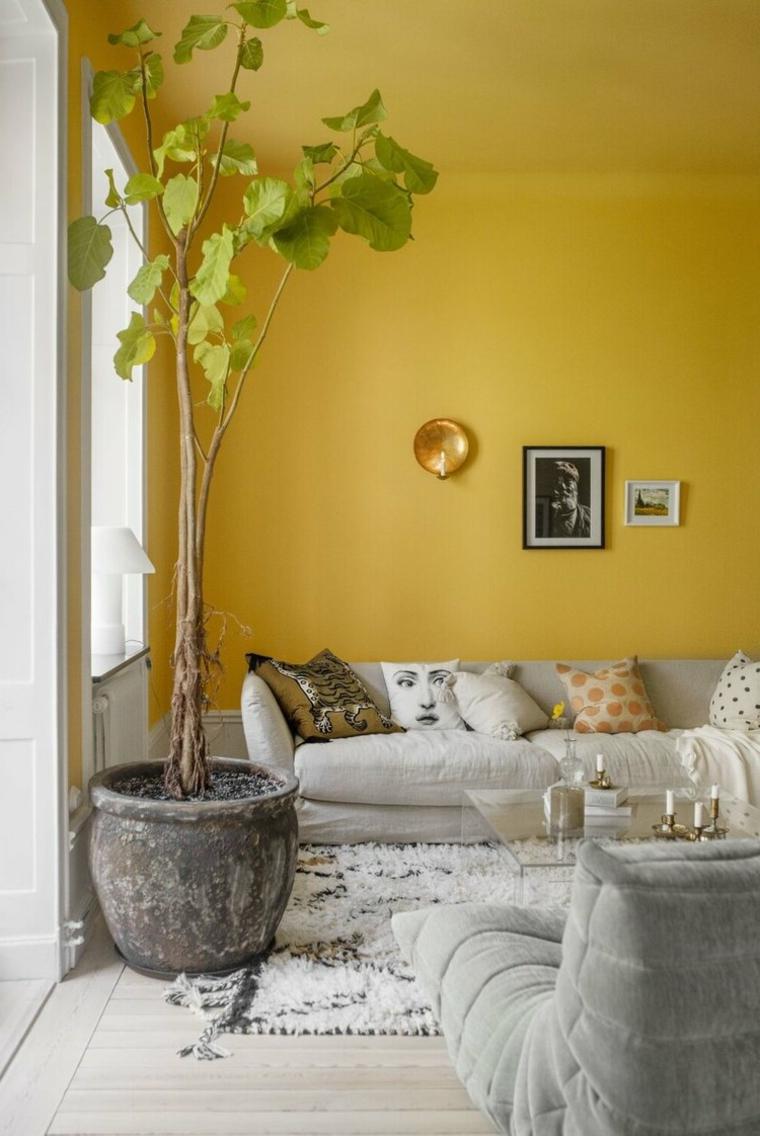 salotto con mura tinteggiate di colore giallo arredo con divano e poltrona