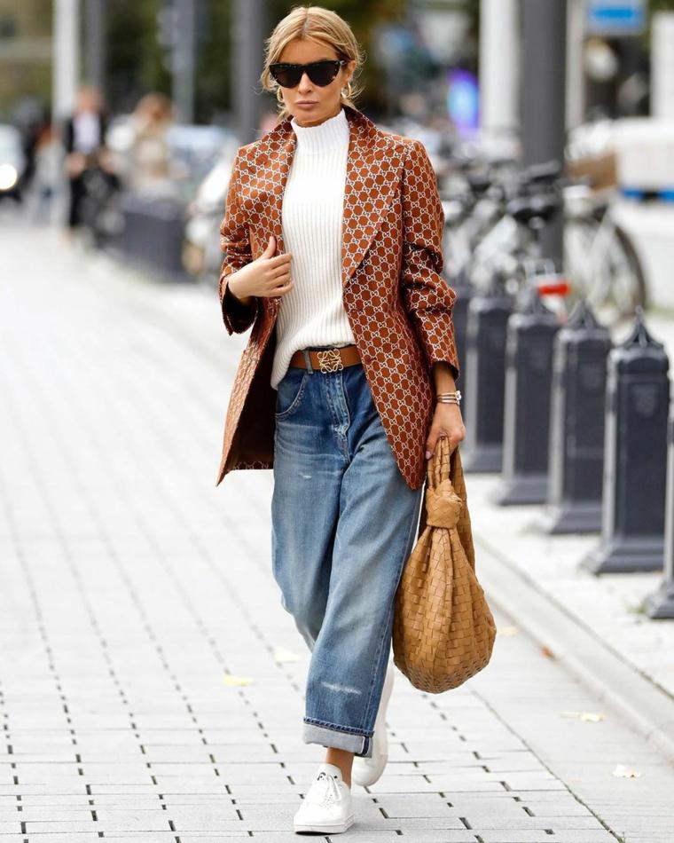 scarpe autunno inverno 2021 abbigliamento jeans boyfriend giacca marrone e sneakers bianche
