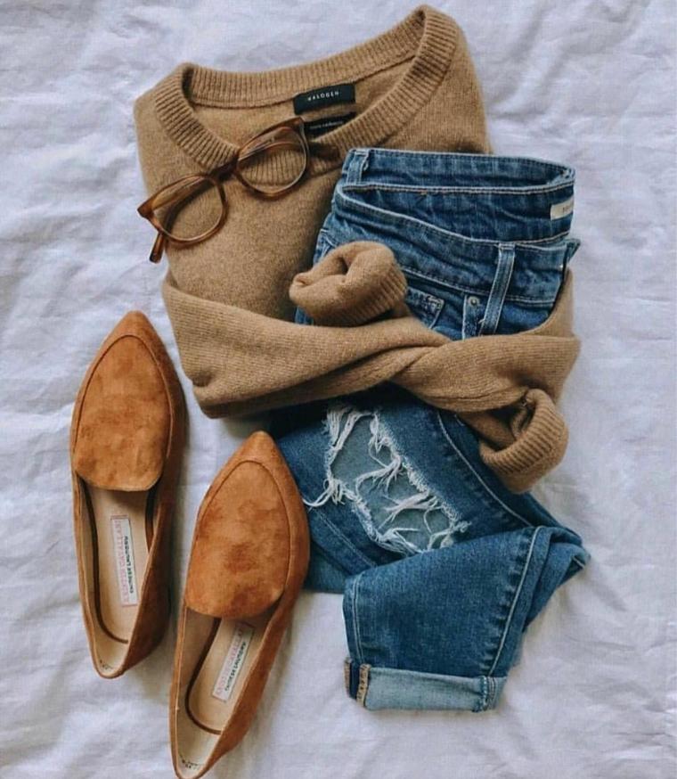 scarpe autunno inverno 2021 mocassini in camoscio marrone abbinate al maglione di lana