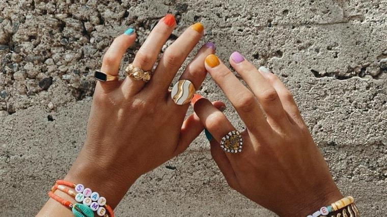 semipermanente estate 2021 smalto colorato per ogni unghia donna con braccialetti