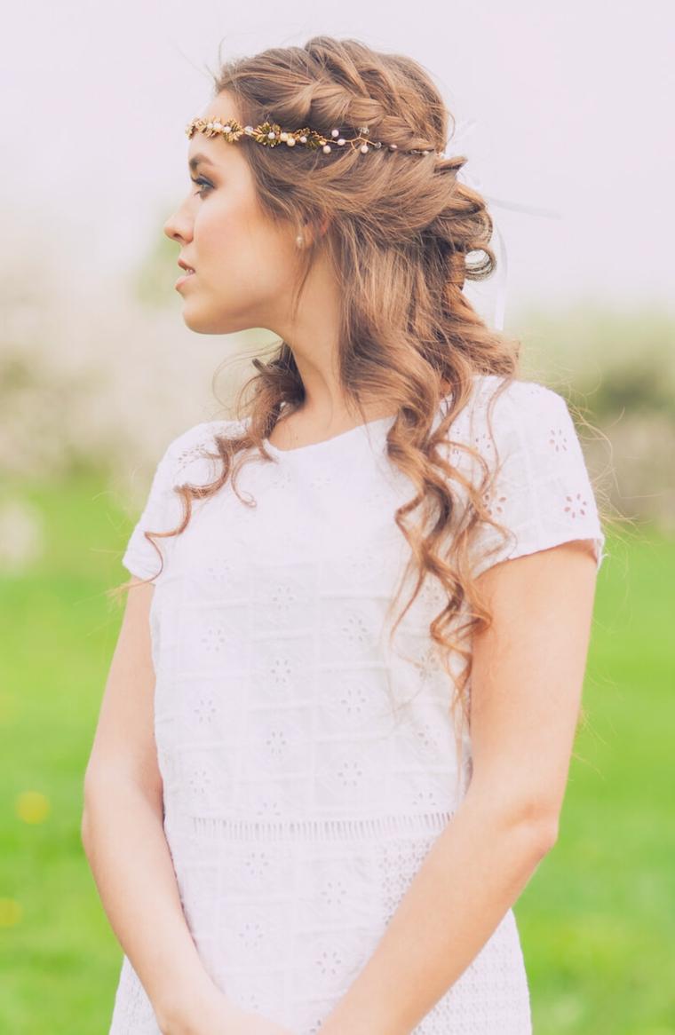 semiraccolto capelli biondi ricci decorazione acconciatura sposa con cerchietto