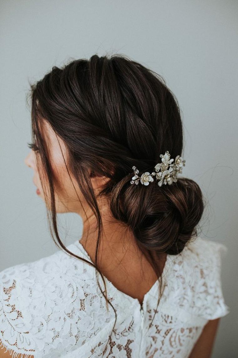 semiraccolto con chignon basso decorazione capelli con molletta ciocche sciolte davanti