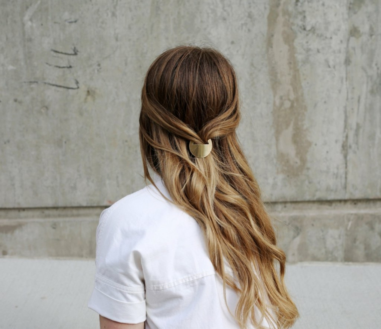 semiraccolto con mollettona capelli di colore biondo balayage mosso