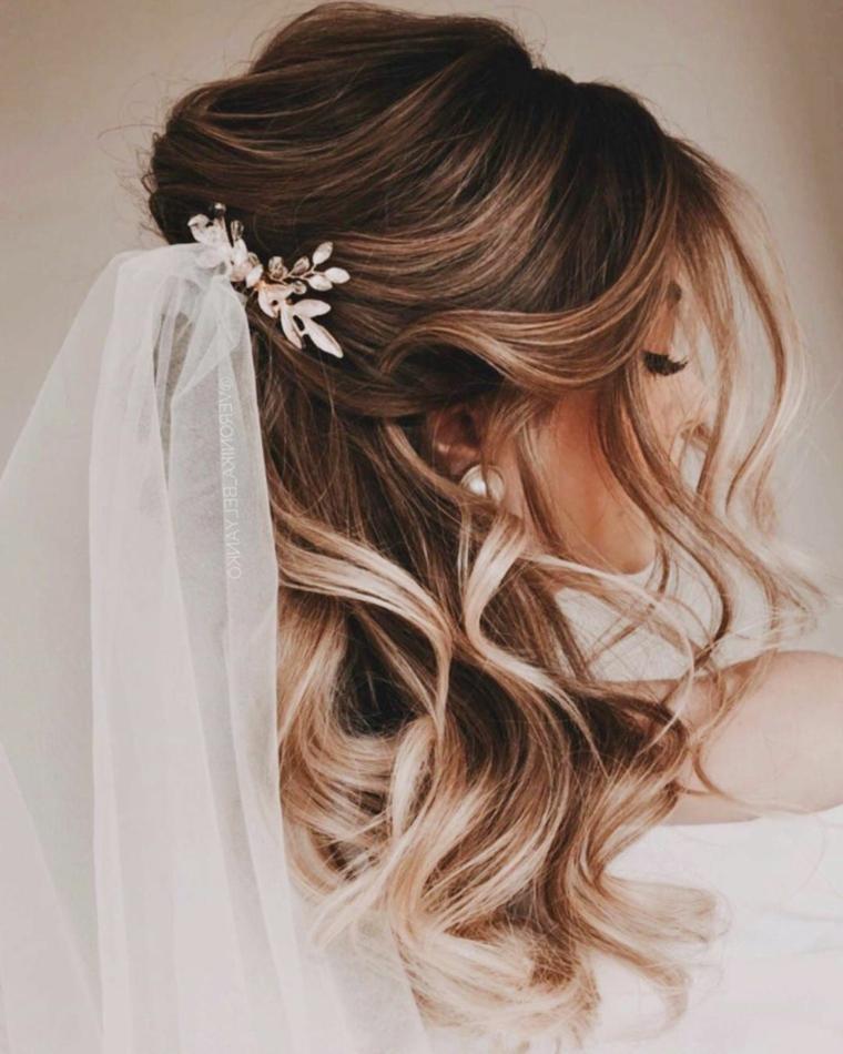 semiraccolto morbido acconciature sposa donna con capelli biondi balayage