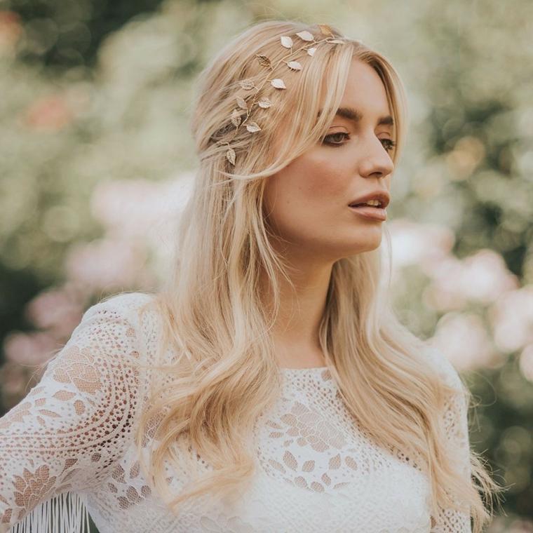 semiraccolto morbido acconciature sposa donna con capelli biondi cerchietto di cristalli