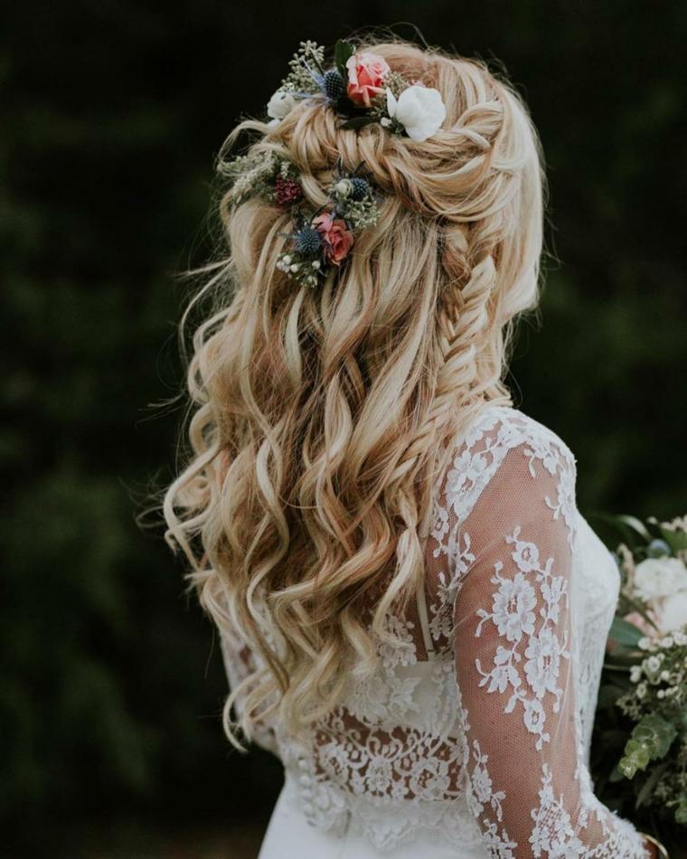 semiraccolto morbido acconciature sposa donna con capelli biondi e treccia laterale