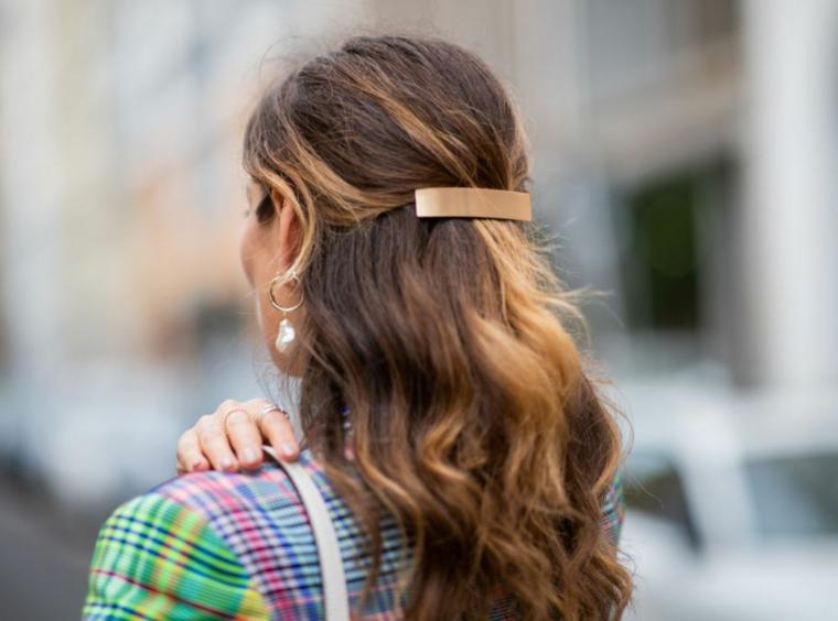 semiraccolto per capelli biondi balayage molletta di colore oro