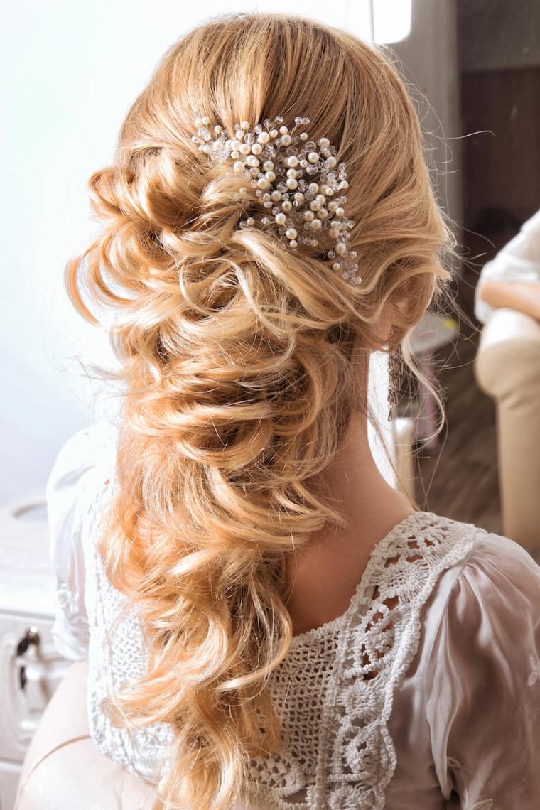 semiraccolto sposa capelli biondi decorazione acconciatura con accessorio da matrimonio