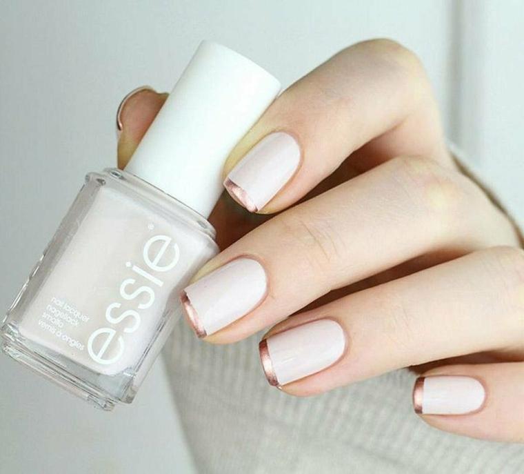 smalto unghie colore beige con linea oro mat manicure forma quadrata