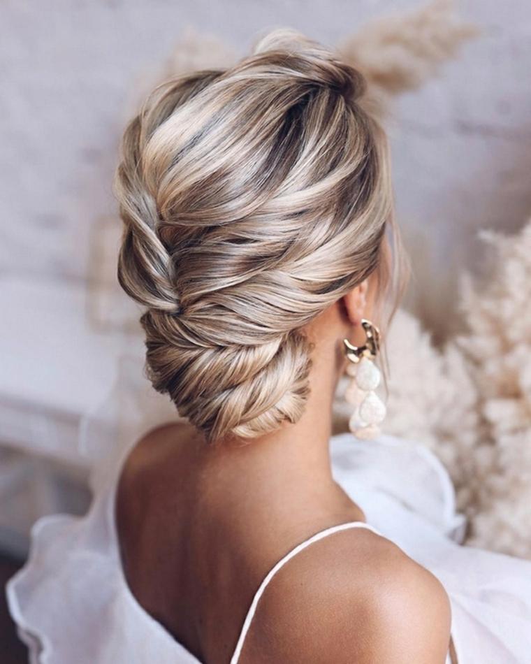 sposa con capelli biondi raccolto basso acconciature sposa capelli lunghi raccolti