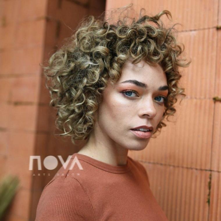 taglio corto mosso con frangia acconciature per capelli ricci donna