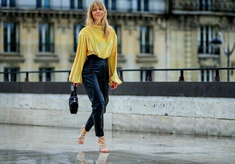 tendenze moda autunno inverno 2021 donna con pantalone vita alta in pelle camicia fluida gialla