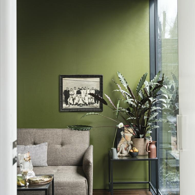 tonalità di verde per pareti interne salotto con divano grigio decorazioni con piante