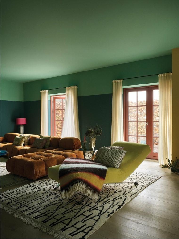tonalità di verde per pareti interne soggiorno con divano angolare marrone
