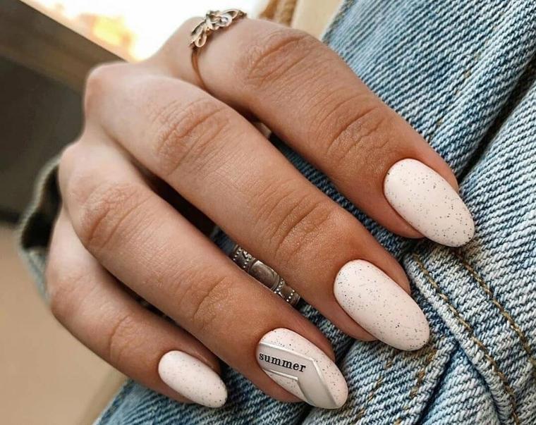 unghie a mandrola di colore bianco accent nail con scritta