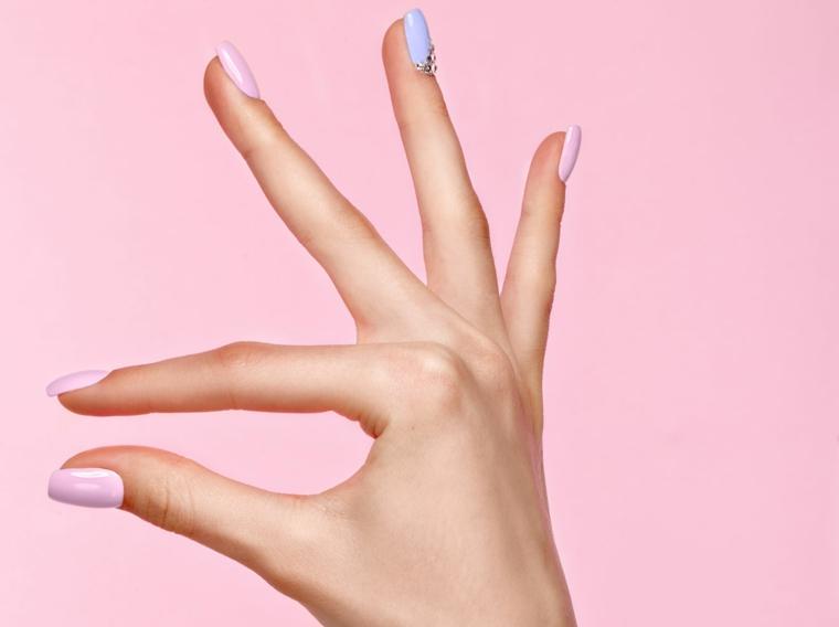 unghie colorate pastello smalto di colore azzurro e rosa pallido