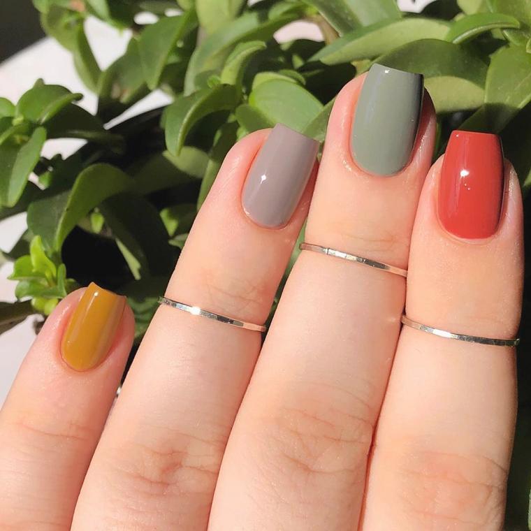 unghie colorate pastello smalto grigo e giallo manicure forma quadrata